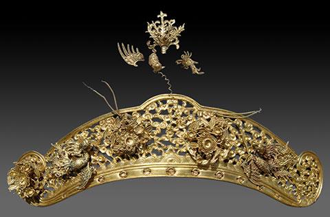 Bác sơn bằng vàng trang trí trên mũ của Vương Phi.