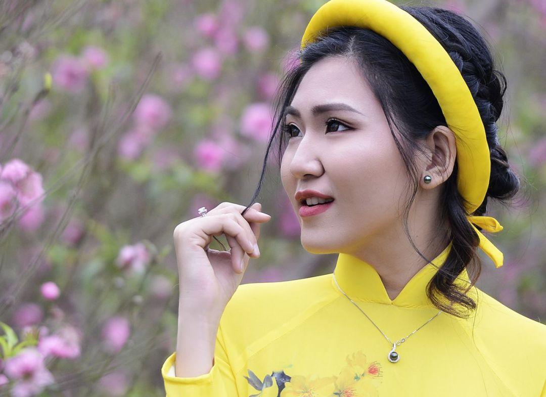 Phụ nữ Việt Nam với áo dài và trang sức ngọc trai rất đẹp